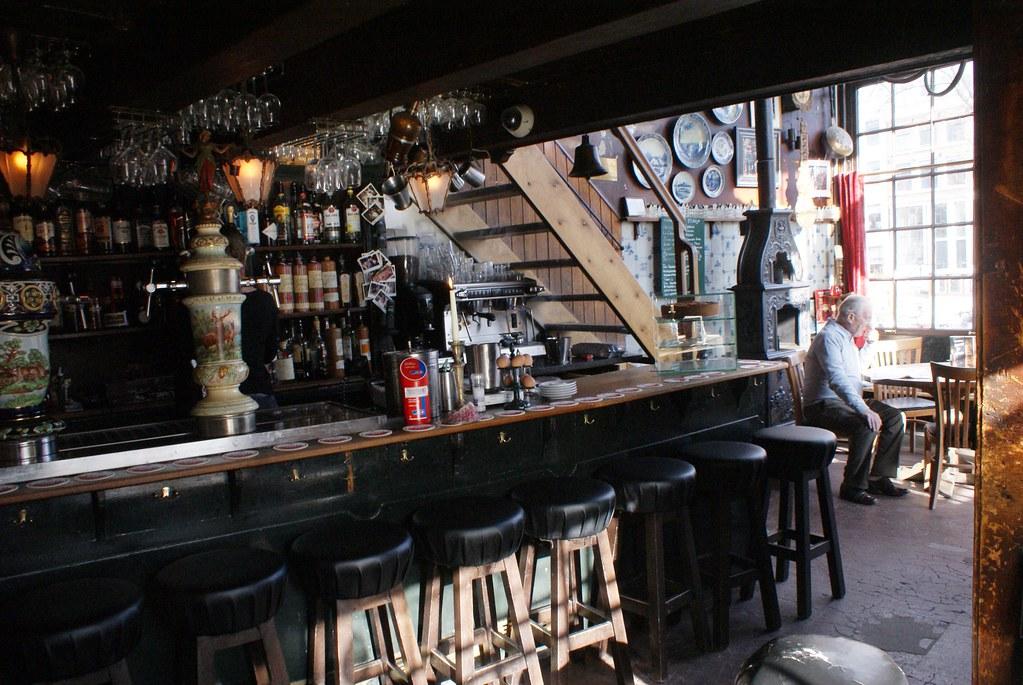 > A l'intérieur du café brun Papeneiland à Amsterdam.