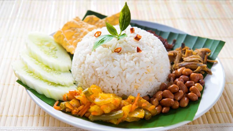 Nasi Lemak, salah satu makanan di singapura untuk sarapan pagi.