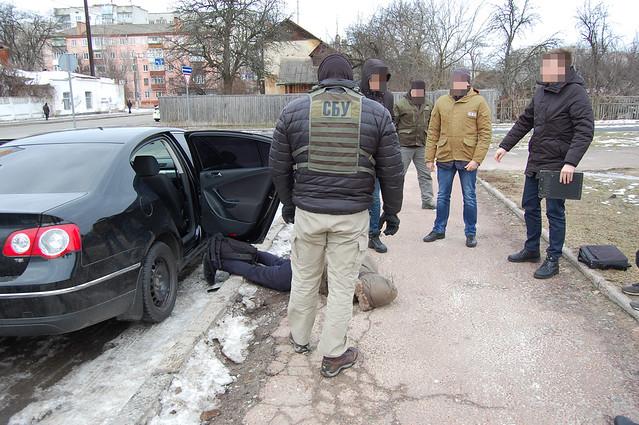 У Чернігові СБУ викрила угруповання торгівців зброєю, яке організував працівник поліції