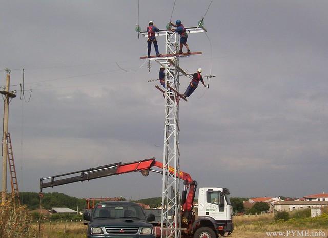 Montaje de una torre de alta tensión a cargo de  Instalaciones Eléctricas Medina.