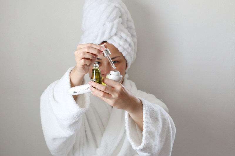 jelessi-photonix-1-rejuvenating-facial-device-elemis-facial-oil-4