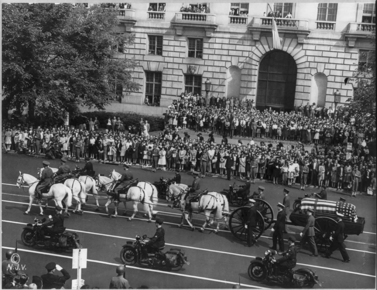 Franklin Delano Roosevelt's funeral procession with horse-drawn casket, Pennsylvania Avenue, Washington, D.C., watched by 300,000 spectators on April 14, 1945.