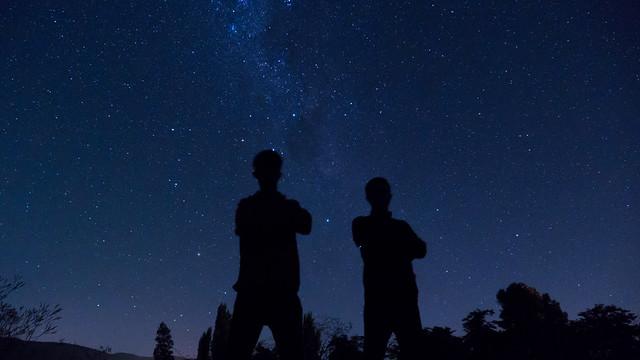 Schattenmalerei vor dem Sternenhimmel