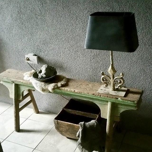 Houten bankje, lamp landelijke stijl, houten bak