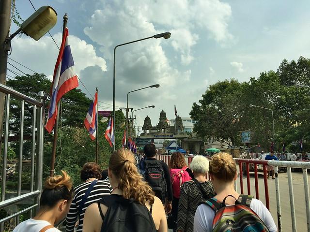 カンボジアっぽい門が見えてきた