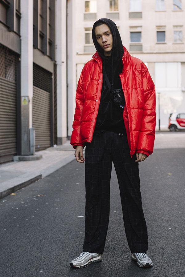 赤ダウンジャケット×黒パーカー×グレーウィンドペンスラックス×Nikeエアマックス97