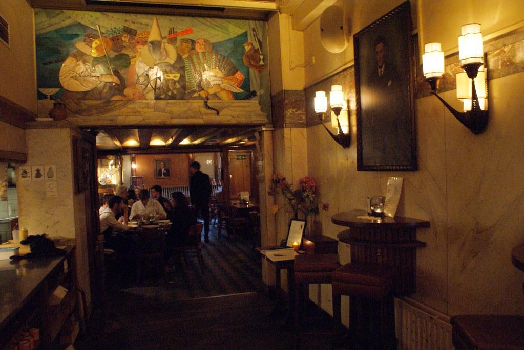 > Intérieur art deco charmant du café Schiller à Amsterdam.