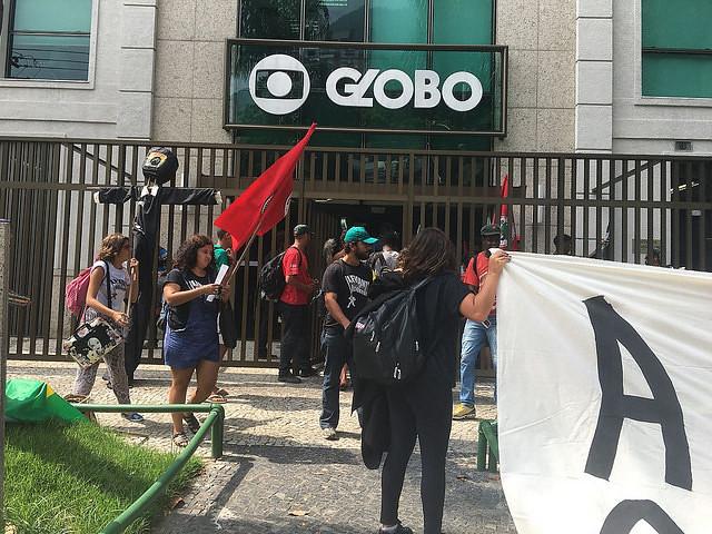 Movimientos populares en Brasil ocupan la sede de la Red Globo en defensa de Lula