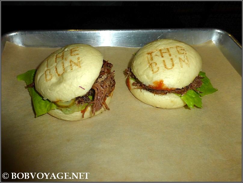לחמניות מאודות עם בשר מפורק ב- דה באן (the bun)