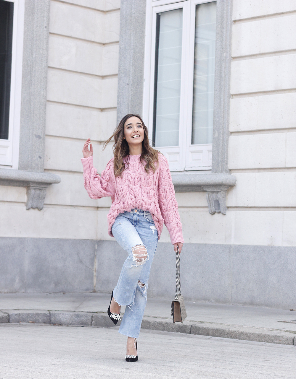 Pink chunky sweater ripped jeans gucci bag uterqüe heels casual winter outfit 2018 look invierno jersey rosa zara05
