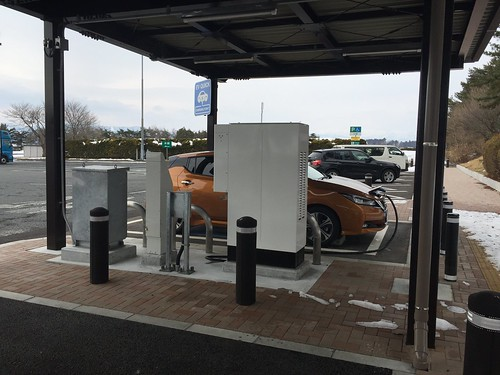東北道 前沢SA(下り)で急速充電中の日産リーフ(40kWh)