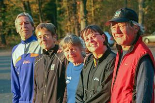 Helmut, Claudia, Heide, Gisela, Karlheinz auf dem Parkplatz Gleueler Straße