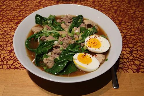 Ramen-Nudeln mit Schweinefleisch, weichem Ei und Pakchoi