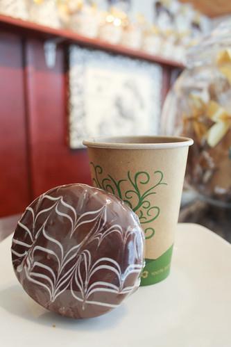 Kaffee und hausgemachte gefüllte Kekse