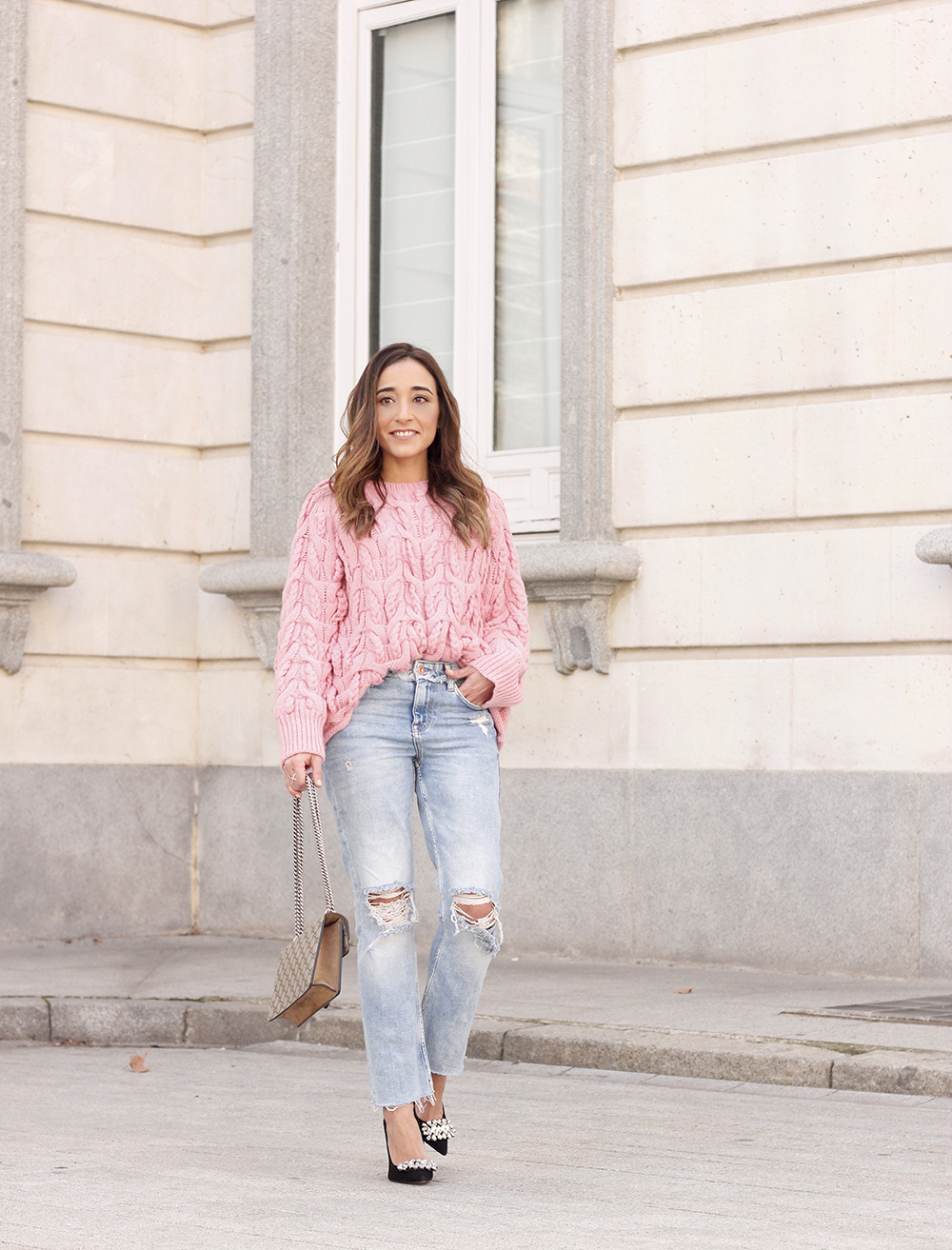 Pink chunky sweater ripped jeans gucci bag uterqüe heels casual winter outfit 2018 look invierno jersey rosa zara02