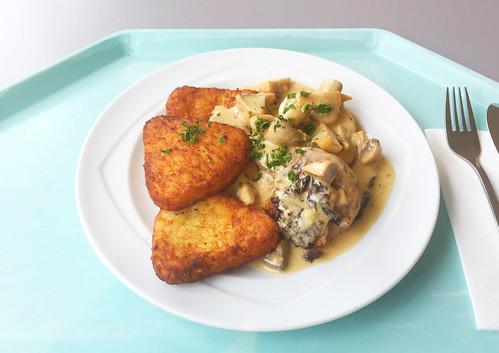 Turkey roast with mushroom sauce & hash browns / Putenrollbraten mit Champignonsauce & Rösti