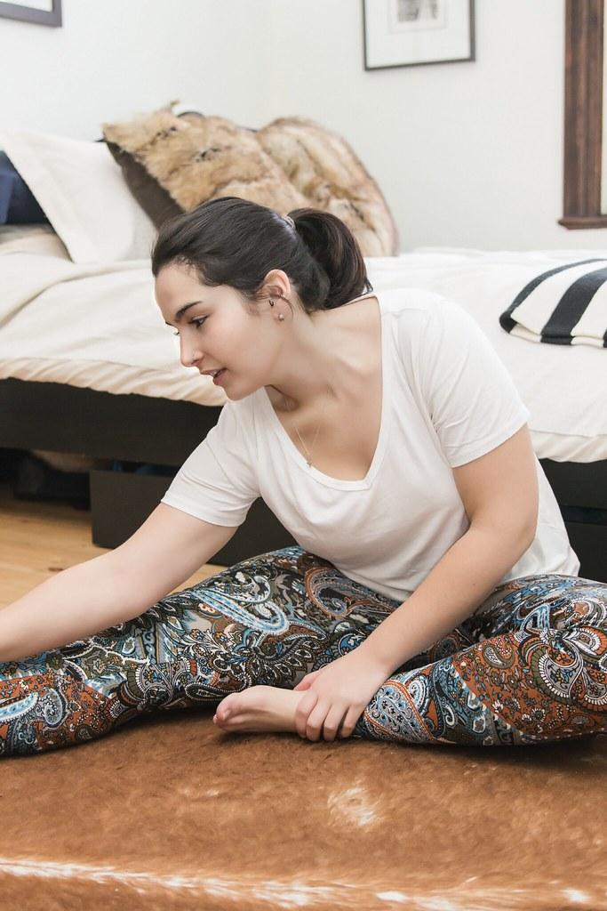 Femme faisant du yoga sur son lit, vêtement mandala 2, mars 2018