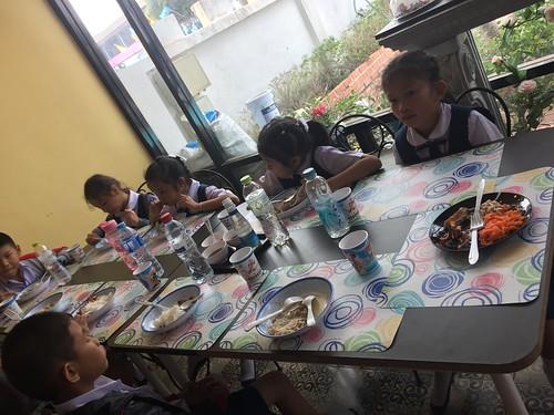 正在用餐的国际班孩子