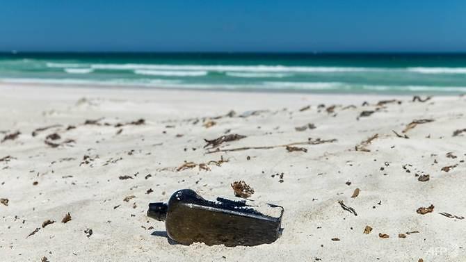 Pesan tertua ditemukan di pantai di dalam botol persegi.