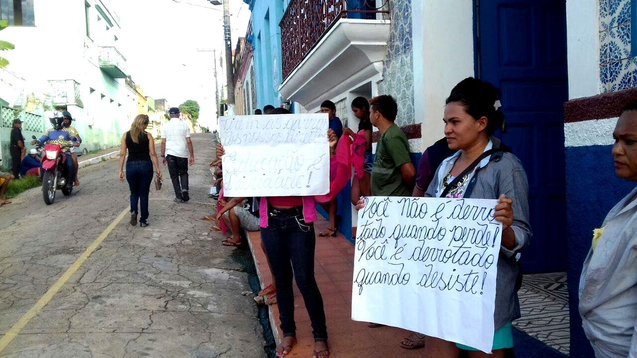Comunidade faz protesto contra Alfaia em frente à Prefeitura de Óbidos, Protesto de Igarapé-Açu em Óbidos