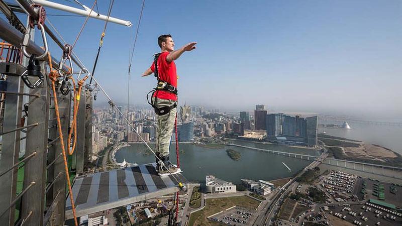 """Traveling ke Makau cobalah jika berani untuk bungee jumping """"SkyJump"""" di Menara Makau."""