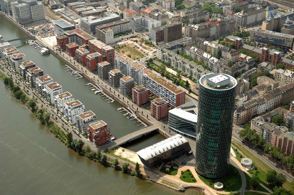 Westhafentower am Mainufer in Frankfurt / Main
