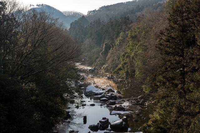 入間川を渡る