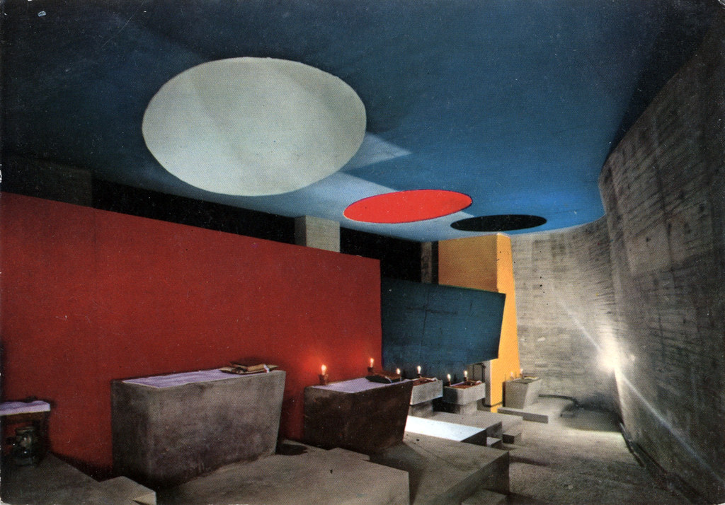 Salle de prière du couvent de la Tourette construit par Le Corbusier.