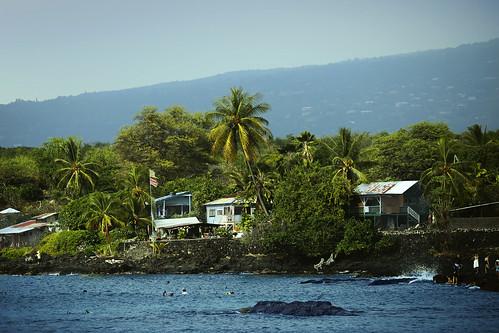 hawaii hōnaunaubay hōnaunau community houses beachhouses flags swimmers beachgoers hōnaunaubeach puuhonuahōnaunaunationalhistoricpark wyojones