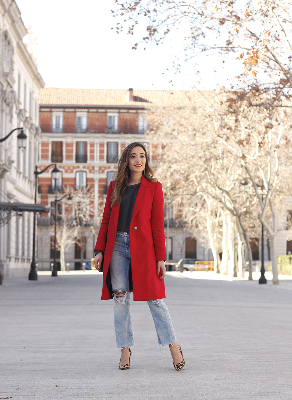 red coat givenchy bag ripped jeans leopard heels winter outfit look de invierno07