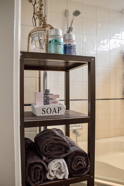Kastje met handdoeken badkamer
