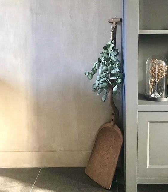 Houten schep toef grijze kast