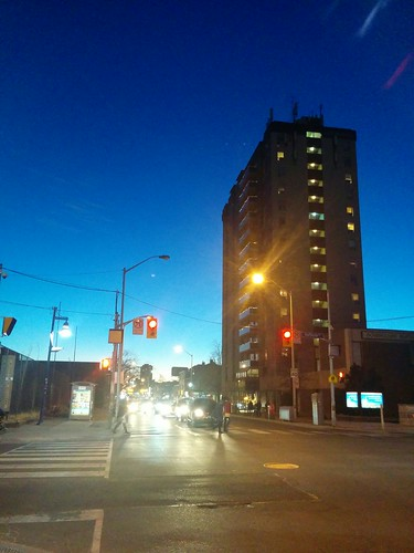Electric blue to the west #toronto #bloorstreetwest #bloordale #dufferinstreet #blue #evening #twilight #electricblue