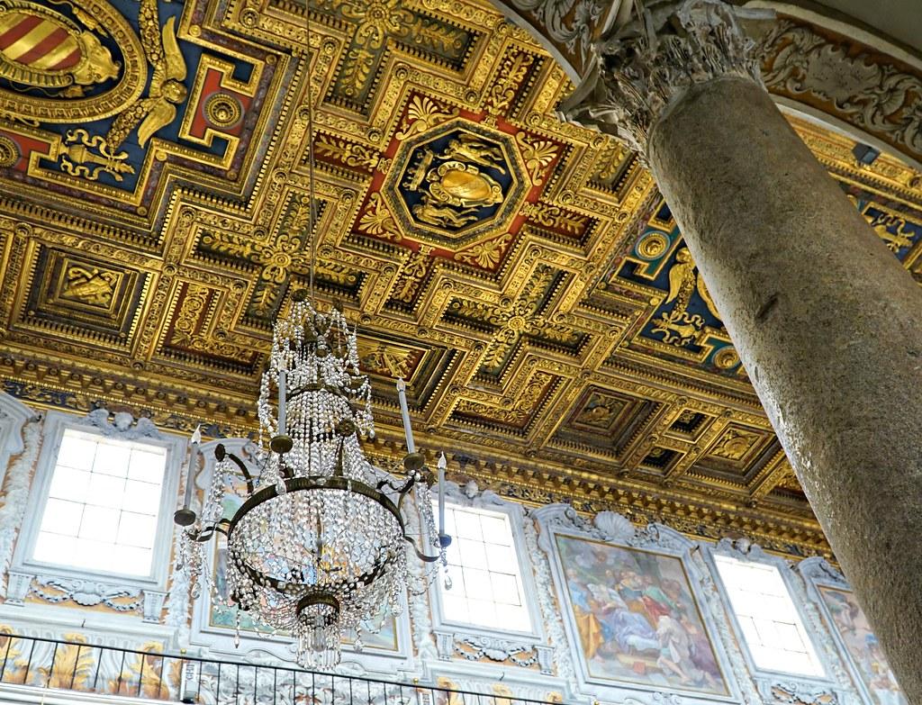 Ara Coelin kirkon runsasta koristelua