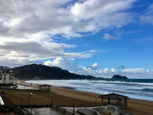 Parece que está mejorando el tiempo en la playa de Zarautz