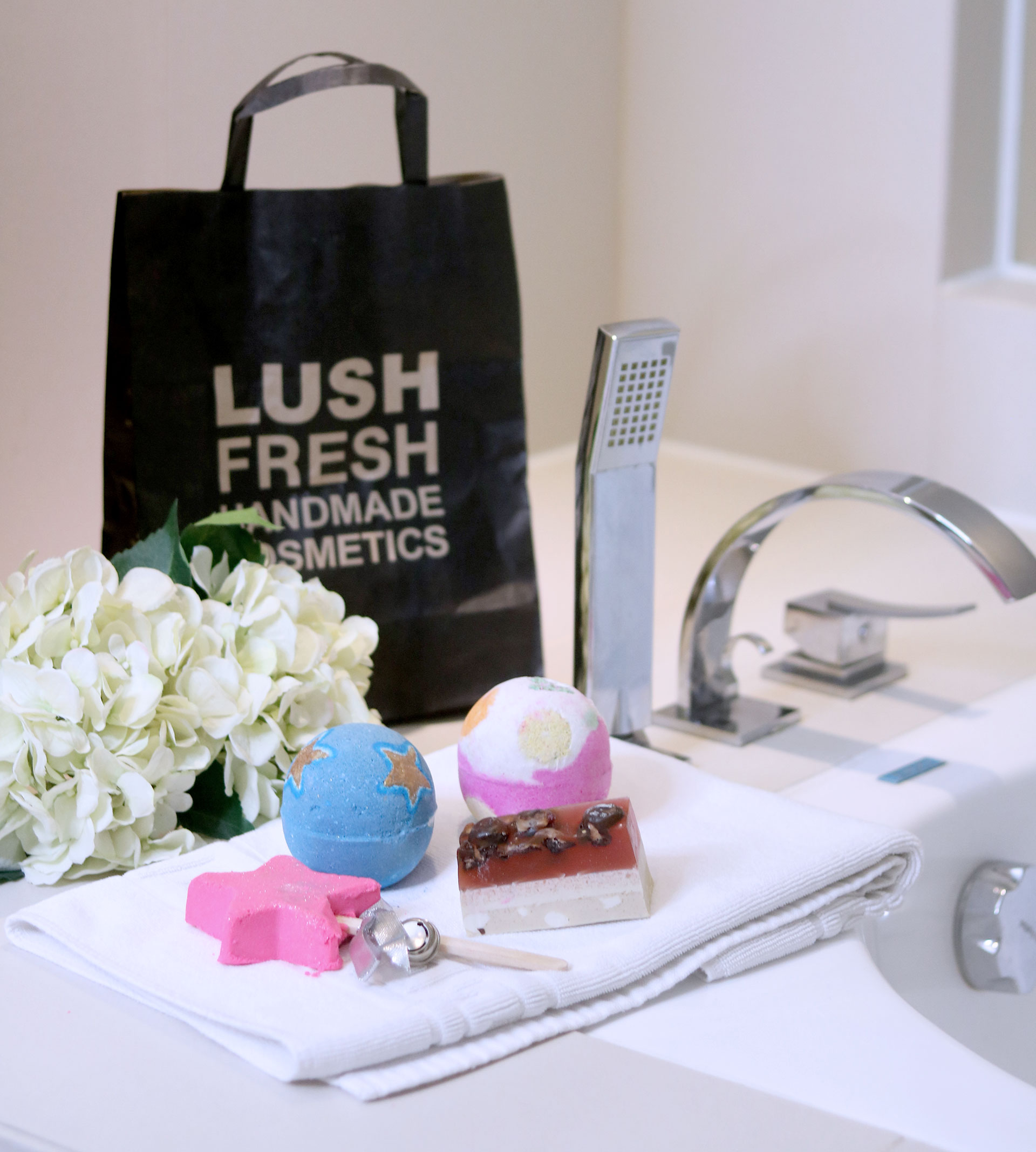 2 Lush Cosmetics Christmas Collection Review Photos - Gen-zel She sings Beauty