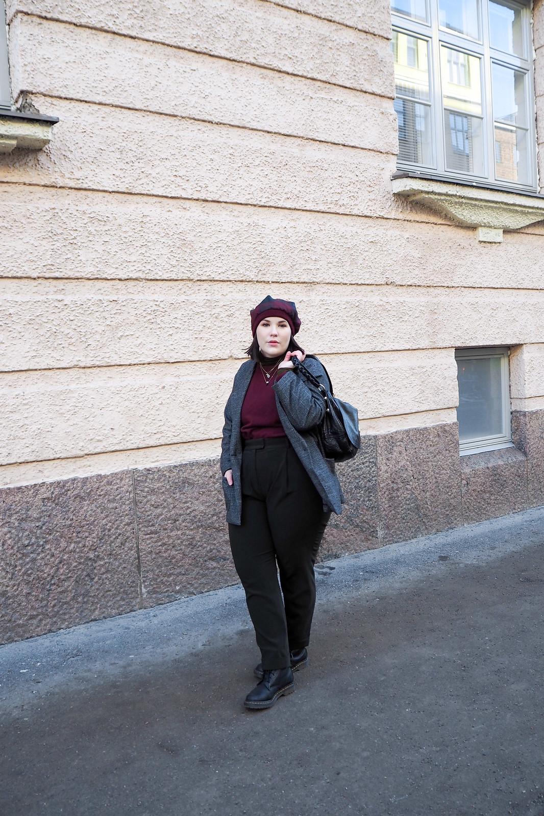 Ruutujakku, viininpunainen villapaita, vihreät housut-4