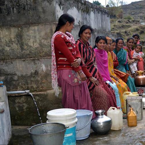 पानी भरतीं थलीसैण की महिलाएँ