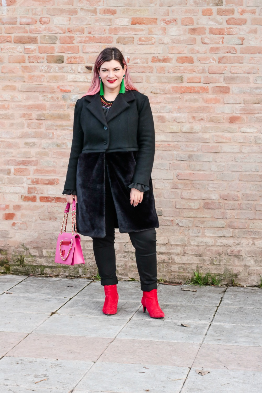 Outfit plus seize curvy con blusa ricamata, jeans neri e cappotto handmade (9)