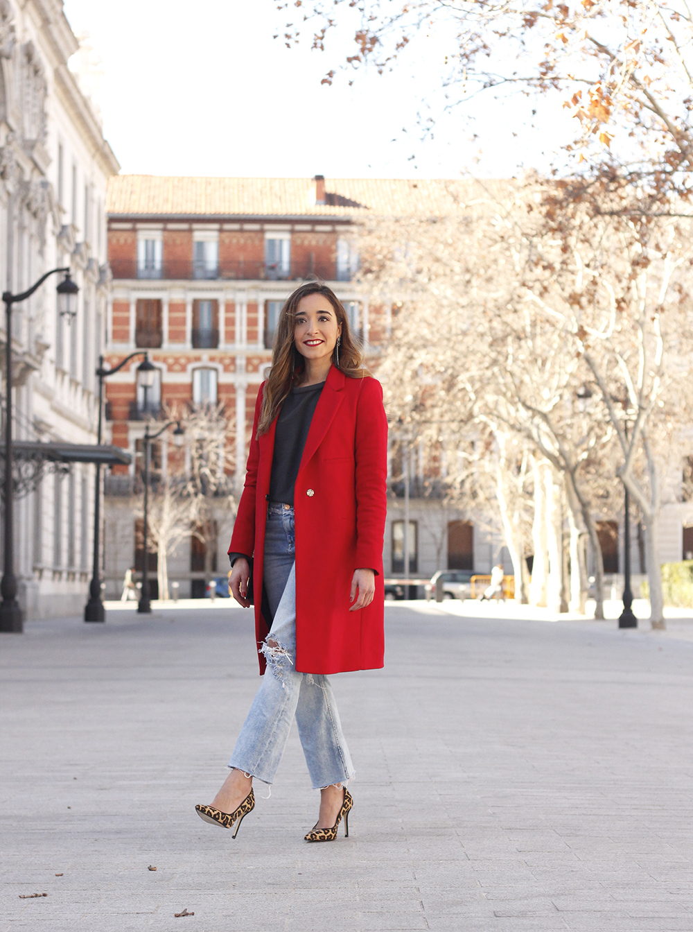 red coat givenchy bag ripped jeans leopard heels winter outfit look de invierno08