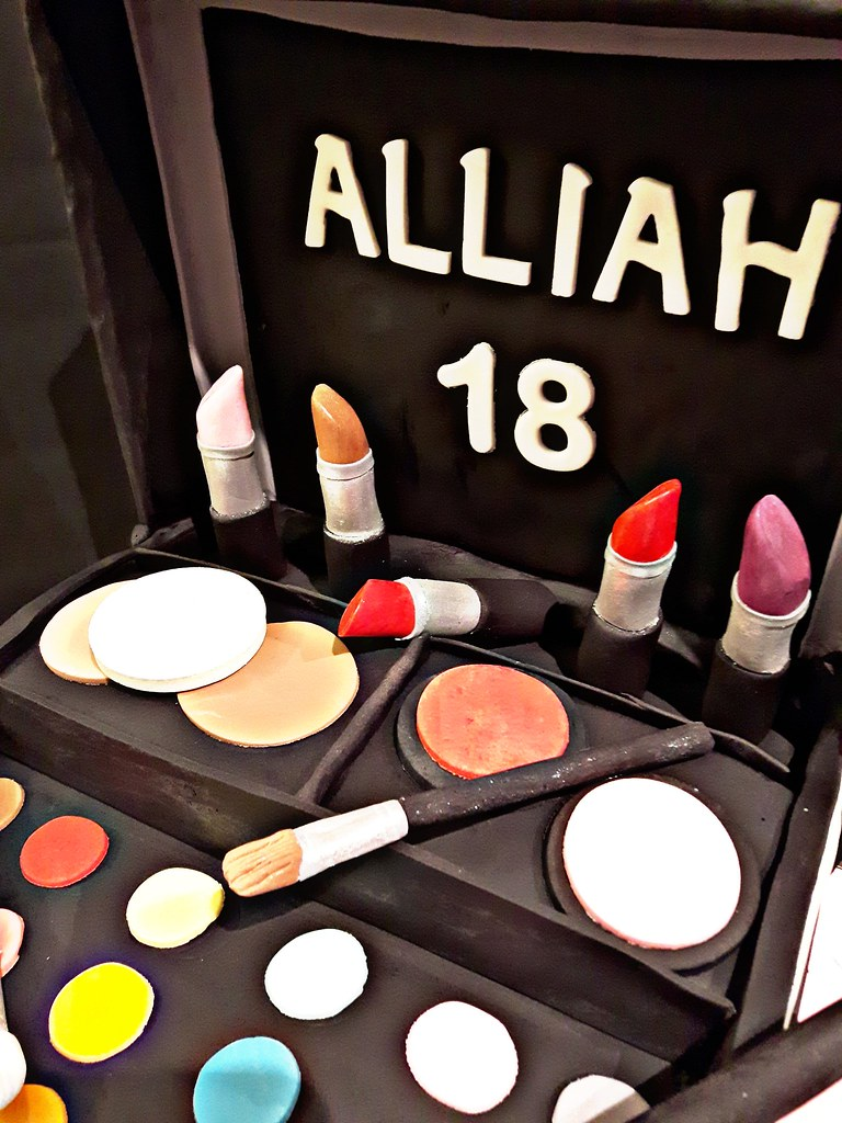 Make Up Box Kit Cake For Alliah S 18th Birthday All Edibl Flickr