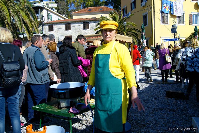 """Женщина из организации """"Fešte"""" готовит рыбу"""