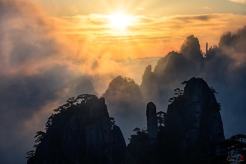 autumn goddessofmercypillar huangshannationalpark dwarfpines spires sunrise seaofclouds landscape granitepeaks anhuiprovince china yellowmountains huangshanshi anhuisheng cn
