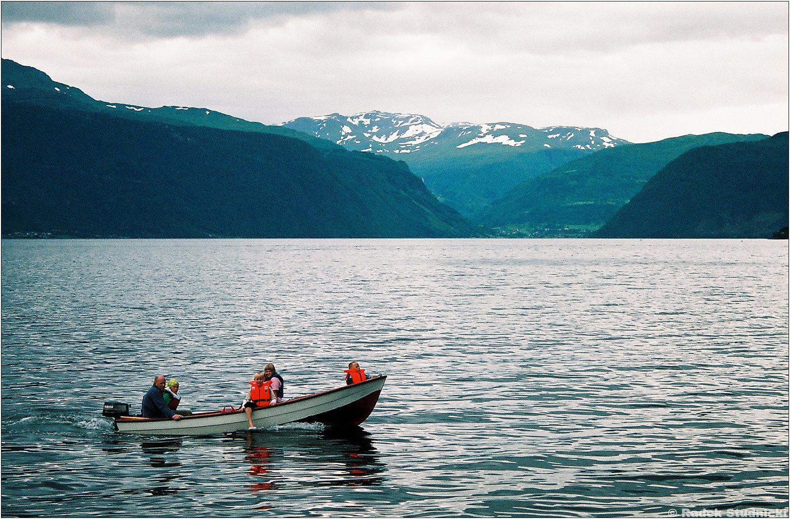 Łódka na fjordzie
