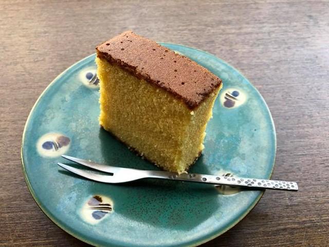 【手帖365】蜂蜜蛋糕 「好吃的」蜂蜜蛋糕一向是我的心頭好,強調的好吃的條件是:使用真的蜂蜜、蛋糕體濕潤、不是加了一些蜂蜜的海綿蛋糕。蜂蜜蛋糕還真的是我從來不想學著做的甜點,耗工費時,還得準備木框做模,因為烘烤時間比一般蛋糕來得長,用一般烤模會有燒焦之虞,而且一不小心很容易烤成發粿(笑)!台北有南蠻堂,台中有坂神本舖,這些老店都很講究享用的時間,因為烤好後要等待蜂蜜沈澱到下方會更美味。日本的蜂蜜蛋糕如福砂屋的底部會有糖粒。 #生活手帖365 #我不敢說出這蛋糕是誰送我的我怕害到她 #沒有朋友怎麼辦 →看其