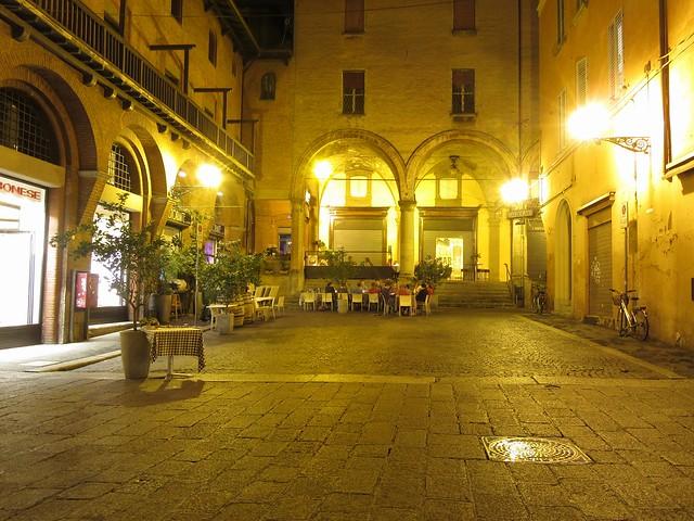 Nächtliche Piazza in Bologna