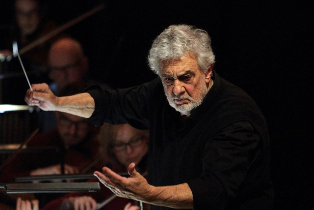 Plácido Domingo conducting © 2018, ROH. Photographed by Catherine Ashmore.