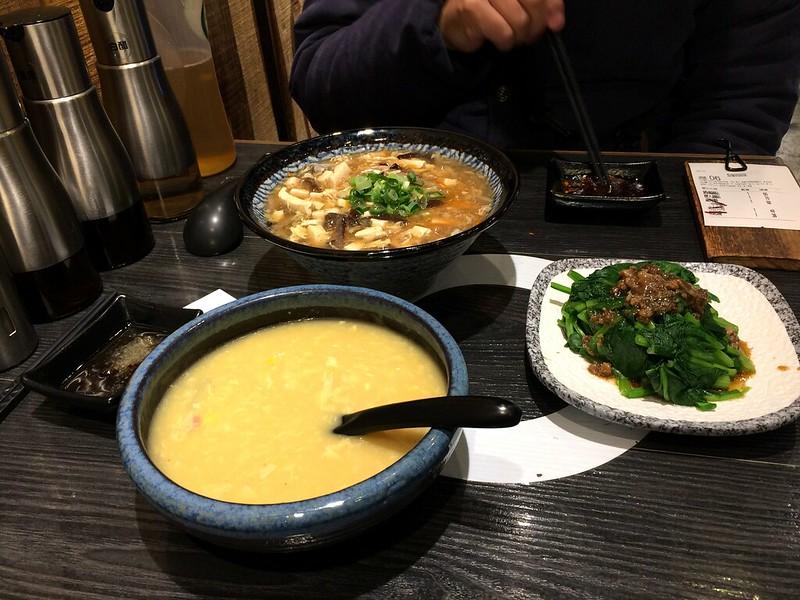 玉米濃湯、酸辣湯麵、燙青菜