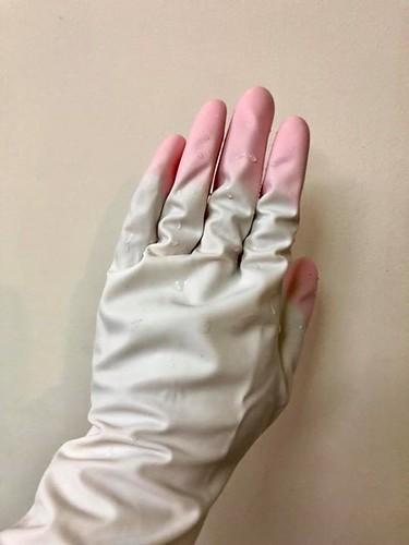 【手帖365】日本雞仔牌家事手套 這是我畢生(好浮誇)至此用過最好用的家事手套了,畢竟我是江湖人稱手套殺手,本人用過的手套不計其數,能撐過一個月不破的已經算是手套界的高手了,多年來對於這玩意的耗損速度我已經死心,畢竟可能是我使用方式有問題或是其它神秘原因,永遠都是速速以破洞收場,這東西畢竟跟雨傘一樣,一旦破洞就只能再見。 大概三個月前隨手買下這個手套,打開使用後覺得很特別,指尖的地方有特別做強化加厚處理,但是本人當時還是嗤之以鼻,讓我們看看究竟能夠撐多久呢!?殊不知三個月過去了,它還是完好無缺,我打算開始