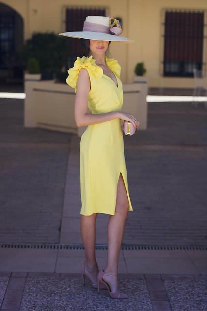 Vestido amarillo boda de Blancaespina con pamela 8
